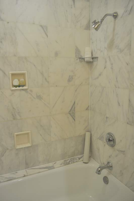 Willard InterContinental - Bathtub & Shower