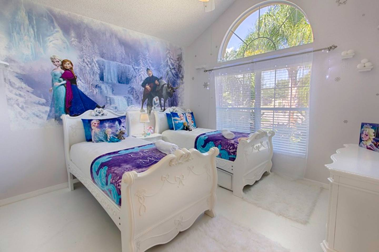 Do You Have a Kid That Would Fall In Love With a Frozen Themed Room? Many AirBnb Homes Near Disney World Feature Themed Rooms